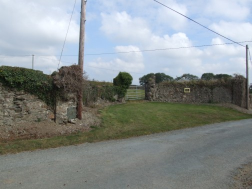 Entrance on approach from Taghmon village